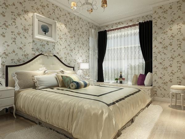 主卧室是石膏线圈边,墙面铺的是白底的碎花壁纸,地面是原木色的地板,床的对面是一个定制的整体衣柜。