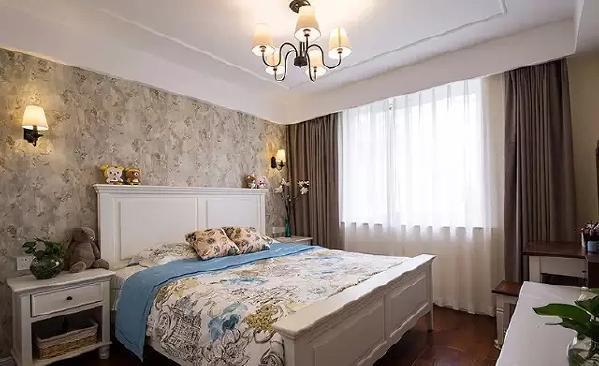 ▲ 繁花图案的床品与花纹壁纸非常合拍,带来秋日的温馨,给人放松随性的舒适感。