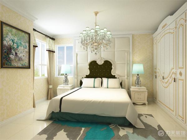 设计风格定义为欧式风格。整体色调较为温馨明亮,家具以浅色为主,配以厚重布纹,增添稳重感。使人在在空间得到精神和身体的放松,并紧跟着时尚的步伐。卧室是软包配上浅黄色壁纸,温馨时尚。