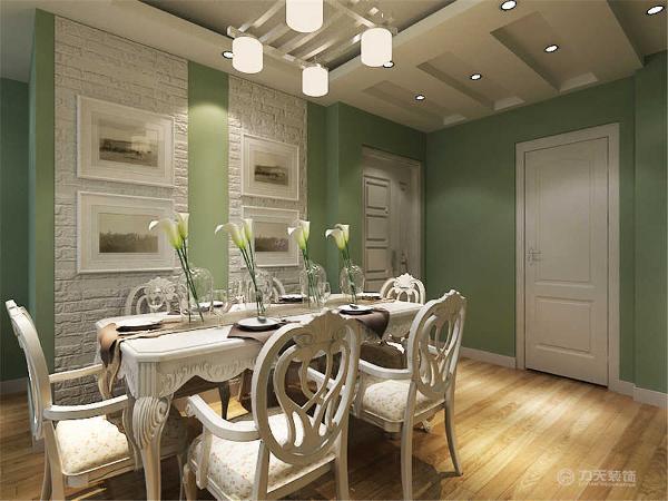 从布艺贴沙发到餐桌餐椅,再到小饰品的点缀,都很好的体现出了整个空间的装修特点,赋予其浓厚的田园主义色彩,整个空间让人感觉十分温馨,惬意。