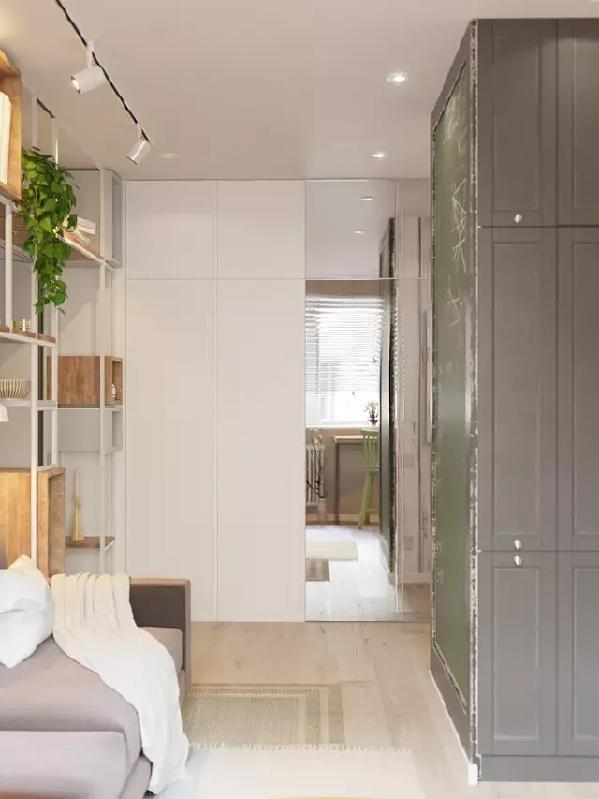 客厅的位置非常奇葩,本来就不大的地方,还有一个大墙柱占用了空间。 不过设计师将这个墙柱利用了起来,一面做了黑板墙,一面做了储物柜。