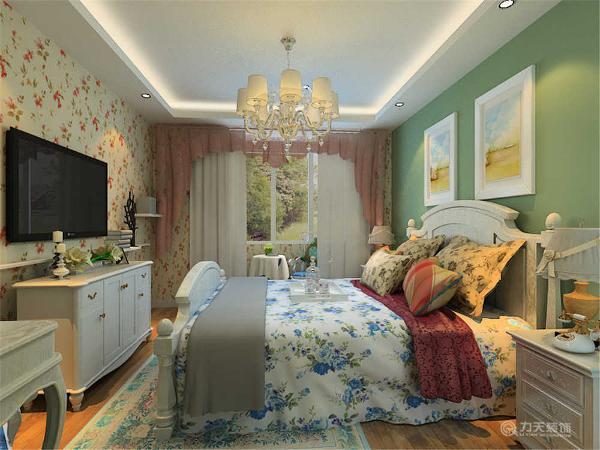 因为卧室是休息的地方所以只是在床头柜的墙面刷了绿色的乳胶漆,其他的墙面都是比较暖色的小碎了壁纸。