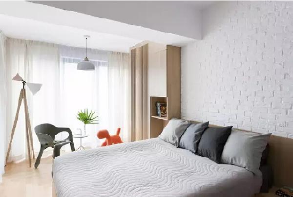 对于孩子来说,这样的小房间或许活动空间不大,但能够保证舒适睡眠才  是最基本的。