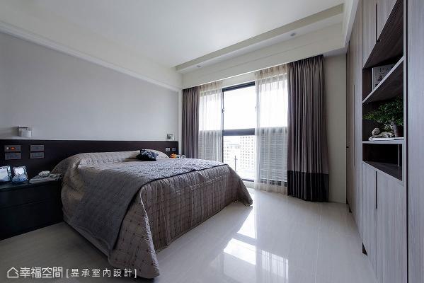 主卧室床尾处的系统衣高柜及展示书柜,是配合天花板基线设计的,注重造型比例及质感。