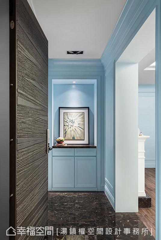 为提高场域的完整性,入门段落设计师汤镇权定义入一道新墙,及不同于室内的地面材,优雅谱画段落转圜。