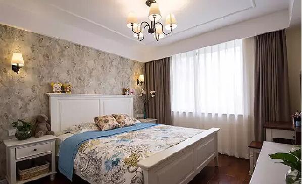 繁花图案的床品与花纹壁纸非常合拍,带来秋日的温馨,给人放松随性的舒适感。