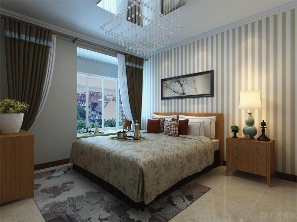 主卧室家具采用木色的床和衣柜,所以在墙面采用了竖条纹的壁纸 使空间看起来明亮些许。