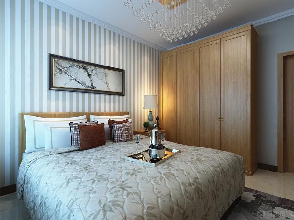 次卧室面积较小,只放得下小双人床和衣柜,整体采用黄色壁纸,壁纸和白色家具营造出和谐温馨的氛围。