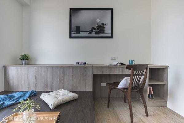 将柜体与书桌结合,整合式的规划手法,让空间拥有庞大收纳量,又不失设计感。