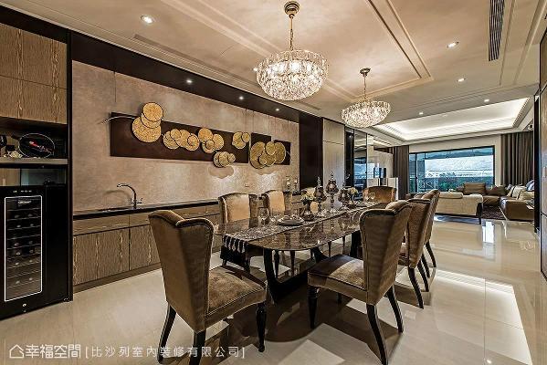 大尺度的餐桌搭配新古典线条餐椅与华美水晶吊灯,结合开放规划的客厅设计,呈现招待会所的气派奢华。