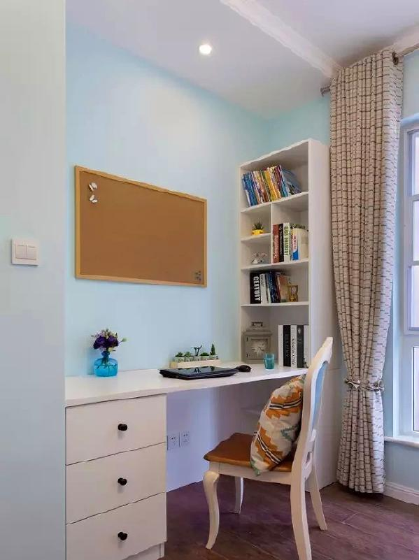 ▲ 定做书桌柜,淡蓝色的清爽氛围最适合冷静的学习工作,软木板也是书房必备
