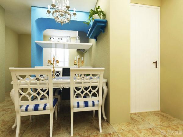 餐厅的设计,餐厅主体刷了奶黄色的乳胶漆,在餐厅和灶台之间的蓝色拱门较为抢眼。添加的绿色的植物起到了点缀的作用。