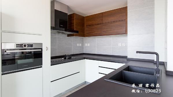 家要有家味,人要有人味,厨房则要多一点儿人间烟火,才算圆满。空间整体以灰白色块为主,给人一种清爽干净、简单大方的感觉。灰色的厨房台面搭配一应俱全的卫生厨具,诠释现代意义的摩登精致。