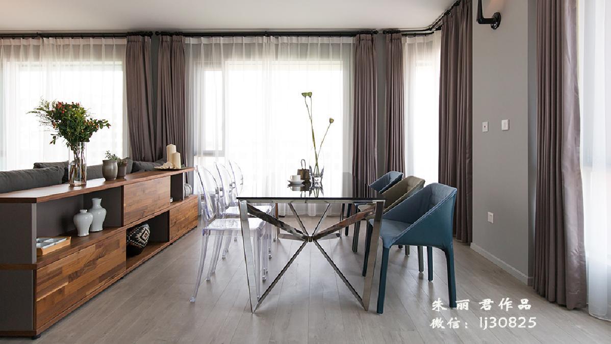 透明餐椅放在餐桌左侧即拉伸了餐边柜和餐桌的距离,也从视觉上减少客厅和餐厅之间的阻隔。增加了通透的效果