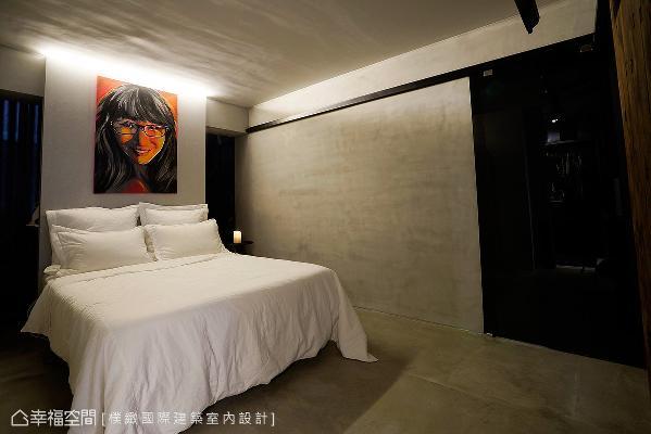 简约、干净的卧室里,床头饰以女屋主的自画像,挹注艺术灵魂,创造非凡雅居。
