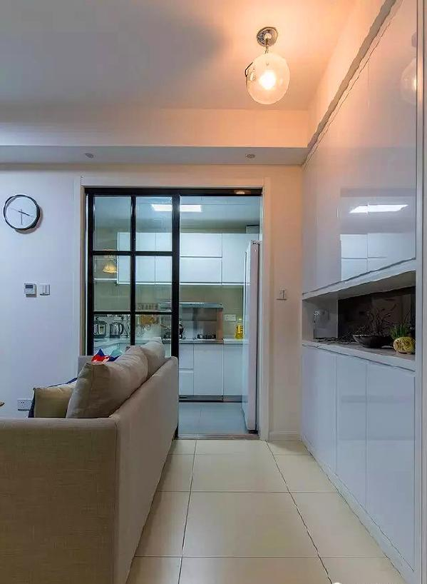▲ 厨房移门相隔,虽然面积不大,还是设计了业主喜欢的双开门冰箱