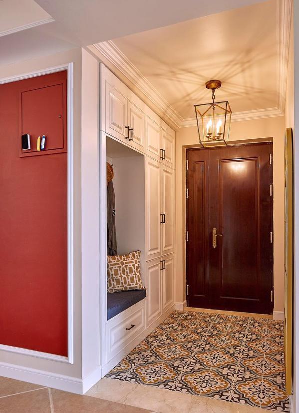 红色的黑板墙和异域风情的拼花瓷砖似乎热情的迎接主人的到来。