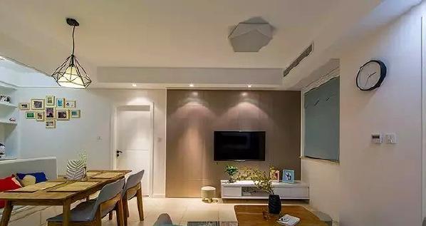 ▲ 电视背景中藏了客卧的隐形门,让电视背景相对比较完整