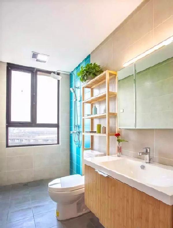 ▲ 卫生间实用为主,淋浴区一面墙采用蓝色砖点缀