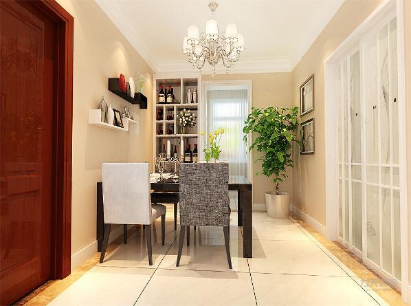 餐厅除了基本的餐桌椅配置外,还在门的一侧设置了一个酒柜,充分利用了有限的餐厅空间。