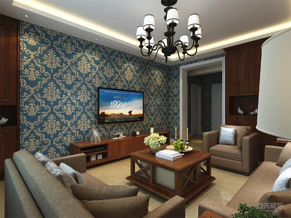 首先客厅地面用800*800的黄色大地砖,墙面贴大花纹壁纸,在家具的选择上,沙发选择亚麻布料的布艺沙发,茶几为带有小轮可移动的木质茶几,电视柜是和茶几通材质的木纹。