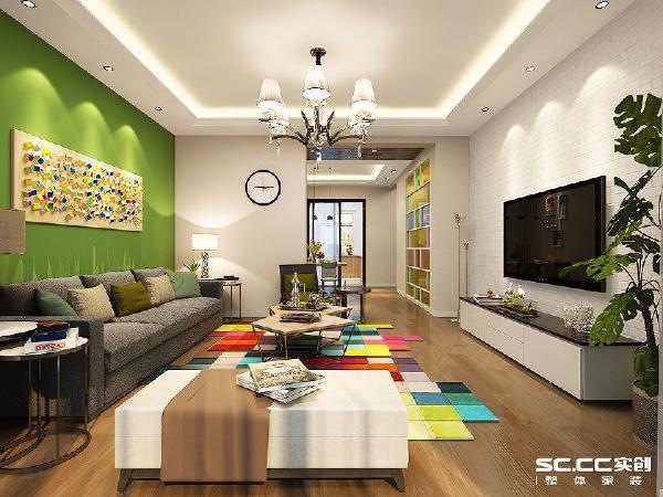 形状不规则的地毯加上绿色的沙发背景墙让整个空间变得活跃起来,卡其色的墙面和木质的地板使以及深色的沙发又很好的柔和了色彩丰富的沙发背景墙和地毯。