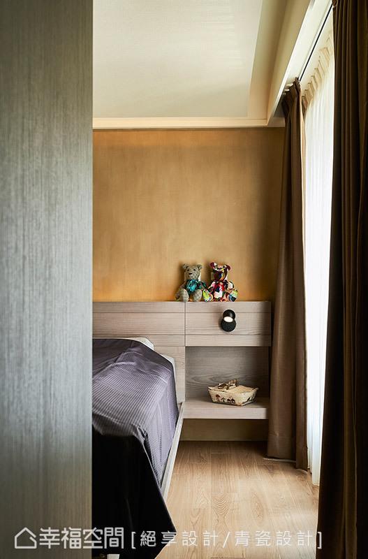 床头柜两侧结合阅读灯,满足屋主睡前阅读的习惯,下方规划置物平台,可随手放置书籍、眼镜或是其他随身小物。