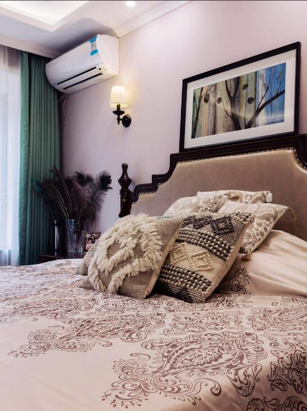 卧室延续了浓郁的美式风格,通过简约的配饰,营造质感舒适的环境。