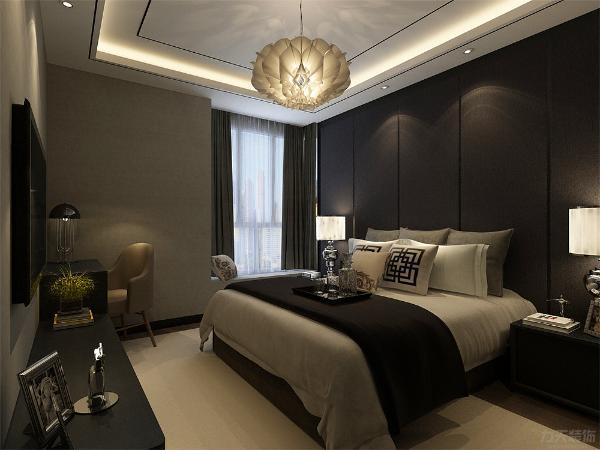 主卧采用强化复合地板,设有飘窗,顶面与客厅吊顶相同,主卧采用灰黑色床头背景墙,整体更加沉稳,而大面积的白色地毯又给空间整体色调起到了中和作用。