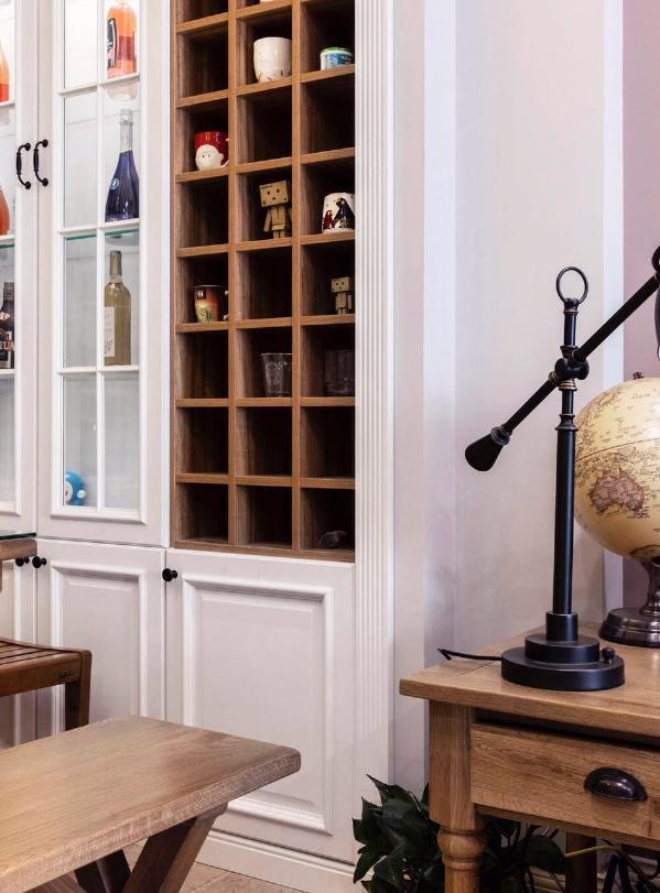 业主喜欢手机马克杯,所以特意在餐厅设计两面柜子,用来展示这一收藏。浪漫的照片记录着许多美好的时光。