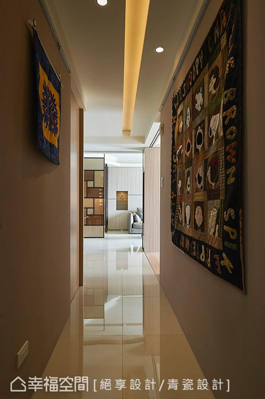 于走道设置吊挂滑轨,让廊道成为女主人展示拼布作品的创意空间。