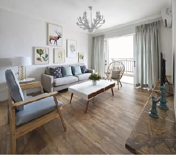 整个客厅都充满着自然元素,累了还能走到阳台看看远方。