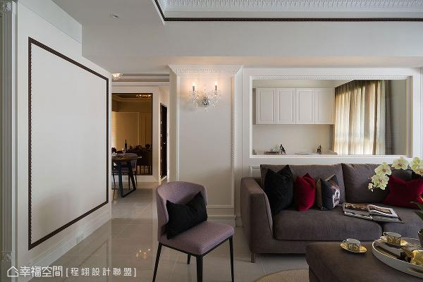 沙发背墙利用玻璃形成通透视觉,走道壁面的线条滚边形成画框效果,将来能与女主人的艺术创作合而为一。