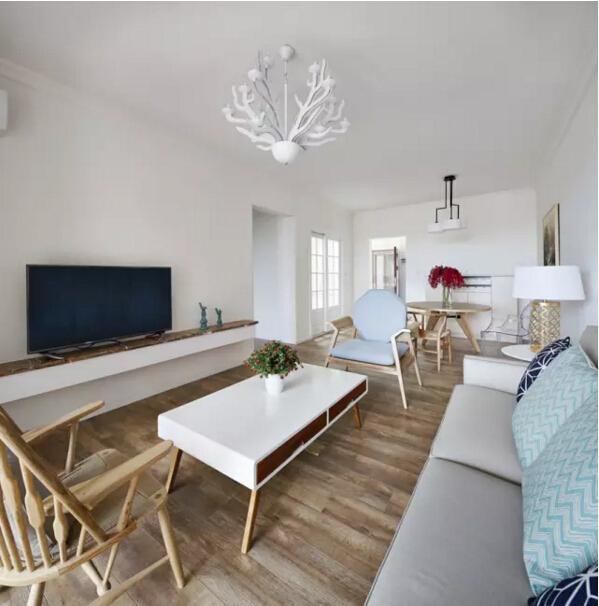 客厅鹿角造型的吊灯,与墙上的装饰画相互呼应。