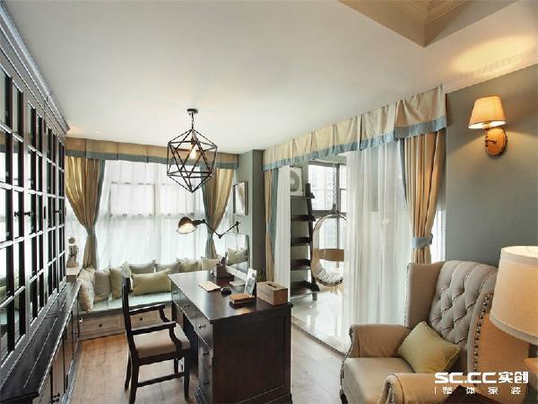 书房以舒适浅色系搭配深色美式书桌椅,让整体视线干净舒适,有助于看书办公等。