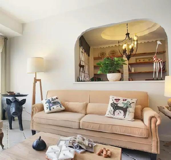 ▲ 客厅的沙发茶几和家具主要是美式和法式为主,各种动物的软装摆设,充满了大自然的气息