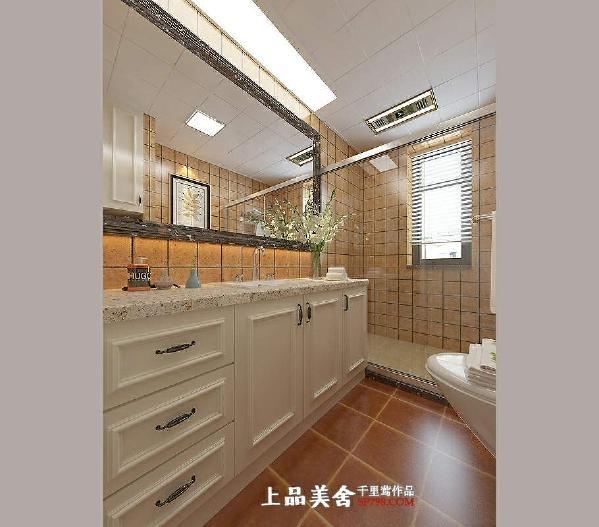 主卫以透明淋浴隔断分开了淋浴区和洗漱区,这样的设计让卫生间干湿分离而且不影响空间的通透感。