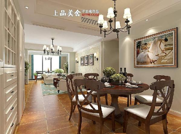 餐厅采用了深色实木餐桌椅,与客厅茶几相呼应,墙面以简单的美式挂画装饰,配以黑色美式吊灯,营造一种温馨又静谧的感觉。