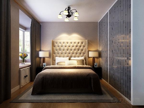 整个起居室是以暖色为主。既趋于现代实用,又明亮大方的特征。主卧的墙体是以咖色壁纸为主。