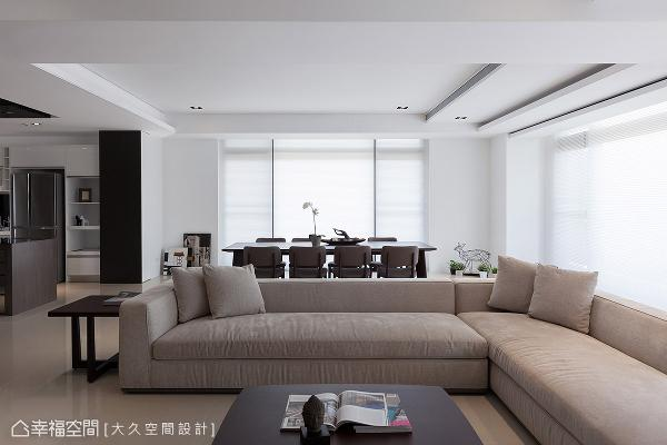 从玄关向内凝望的视野可越过客厅、餐厅以及一旁的厨房,甚至延伸至窗外的蔓生绿意。