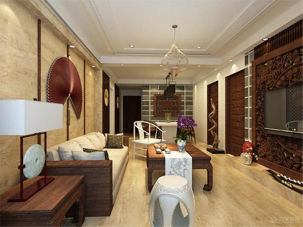 沙发选择了深色木质的家具,配以驼色的布料坐垫与抱枕。背景为一把装饰古扇,整个结构协调。