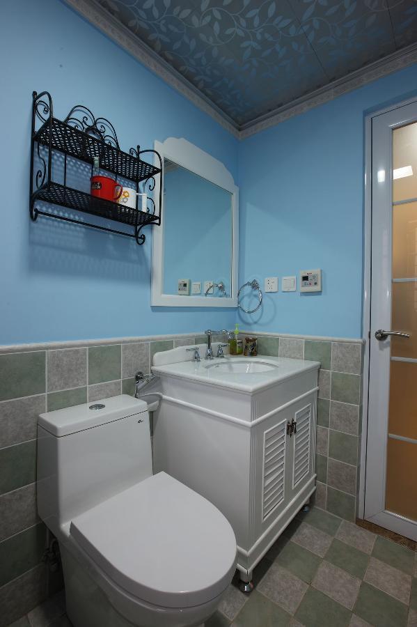 冷色调的墙砖非常耐脏好打理,而且造型感强,墙面收纳是非常可取的,装饰性与实用性并存。
