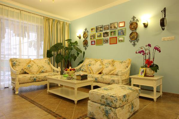 软装家居的搭配与整个空间的硬装搭配非常漂亮,木质与布艺结合的沙发是小户型神器