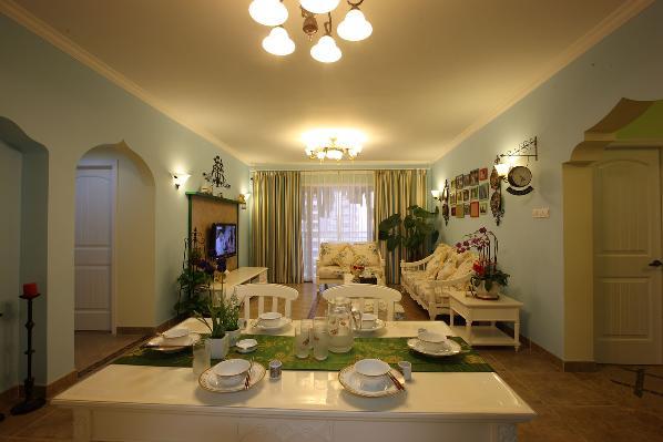 客厅的空间并不算大,所以没有太多的造型,简单的顶面处理平衡软装带来的华丽感。