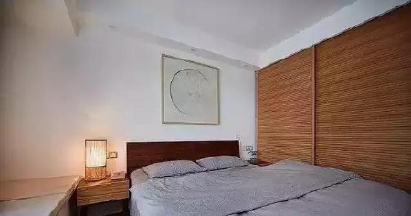 ▲ 主卧采用小波浪衣柜移门,黑胡桃的实木床, 线条简约美观,且节省空间。