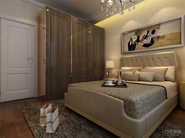 主卧放置了一个双人床,床的两边分别放置了床头柜,柜上分别放置了床头灯和一些摆件,主卧还配置了电视柜,便于户主储存物品。