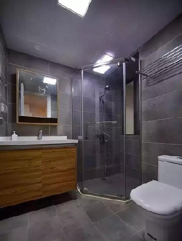 ▲ 灰色调卫生间时尚大气, 木色镜柜造型简洁实用, 整体浴室保证干湿分区, 卫生间时刻保持清爽。