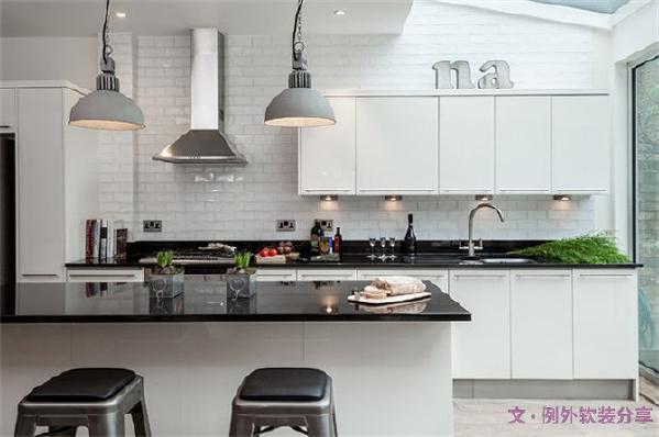 厨房吊顶并不是所有的都适用,因为他的限制性大,如果天花板很高或者倾斜的话就不适合做吊顶处理。
