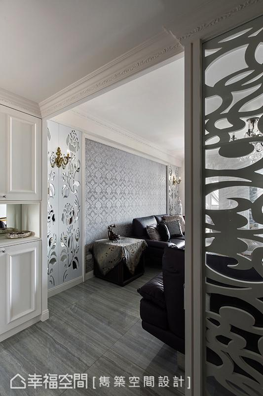 线板描绘天花与柜体,柔美线条与元素予以串连,营造出细致精巧的宫廷风尚。