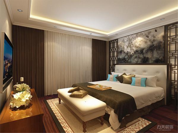 次卧地面采用了强化复合地板,主卧地面采用800*800强化复合地板,床头背景墙为中式实木造型墙。整体设计给人高档奢华,温馨舒适的感受。